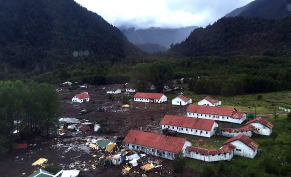 De modderstroom vernielde een twintigtal woningen in het dorpje met 300 inwoners. Andere gebouwen raakten beschadigd.