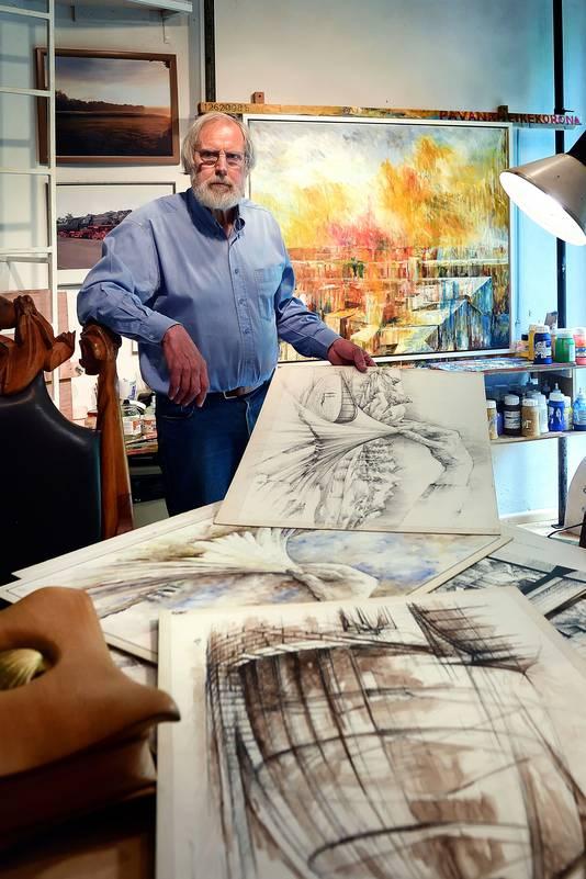 Jac van Nes in het atelier in zijn zelf ontworpen woning op de Brabantse Wal.