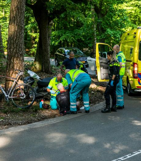 Wielrenner raakt gewond door botsing met scooter
