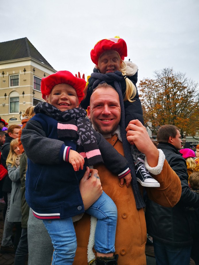Een vader van 2.05 meter is op dit soort dagen erg handig! Bo en Saar hadden goed uitzicht bij de intocht van Sinterklaas in Dordrecht.