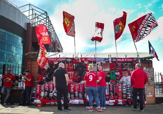 Fans van Manchester United bij Old Trafford.