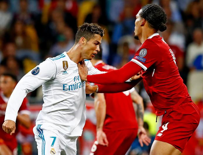 Virgil van Dijk in strijd met Cristiano Ronaldo.
