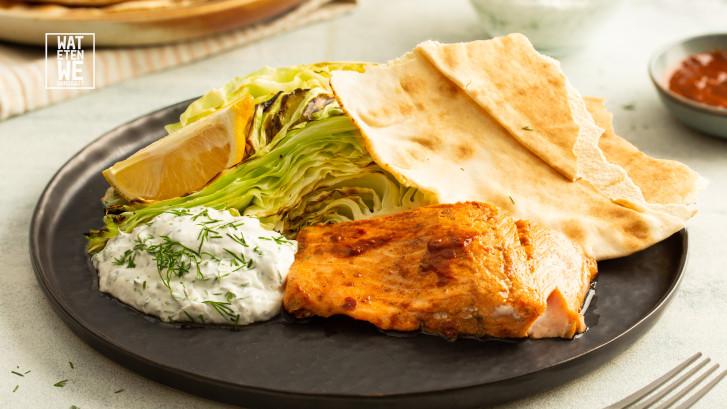 Wat Eten We Vandaag: Harissa-zalm met kool, en platbrood