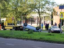 Auto belandt op de kop bij ongeluk in Oldenzaal