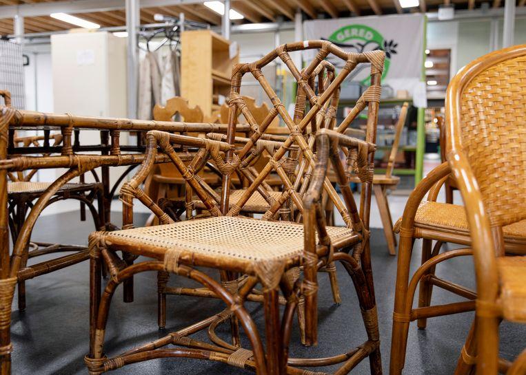 De Chippendale-stoelen blijken niet 60 euro het stuk, maar de vier. 'Die zouden we dus direct kopen.' Beeld Lin Woldendorp