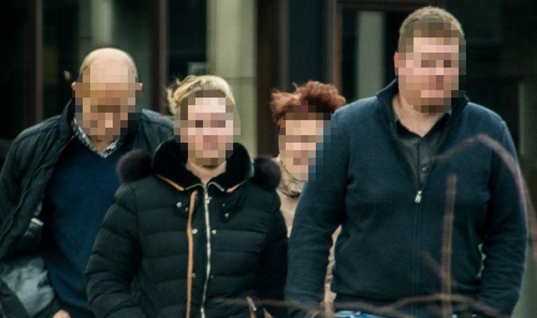 De jongedame verlaat de rechtszaal met haar vriend en ouders.