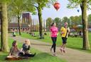 Op deze impressie is te zien hoe het stadspark op Seelig-Zuid er zou kunnen zien. Met links de parachuteloods, waar de Nieuwe Mark lang zal gaan stromen en rechts de witte huisjes.