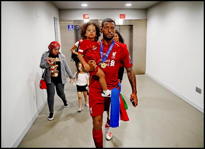 Georginio Wijnaldum heeft zijn familie opgehaald voor het feestje op het veld in Madrid.