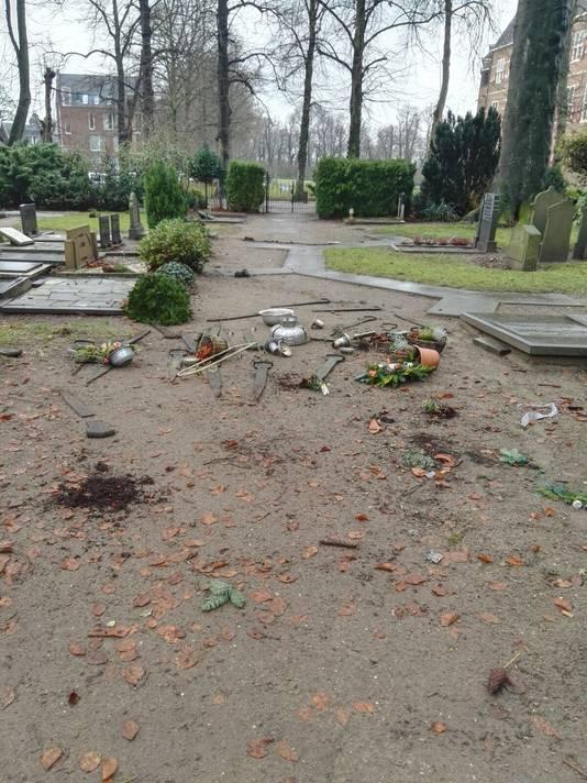 Op de protestantse begraafplaats in 's-Heerenberg zijn in de nacht van donderdag op vrijdag  veertien graven vernield.