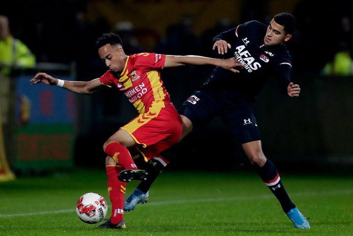 Elso Brito namens Go Ahead Eagles in duel met Zakaria Aboukhlal van AZ