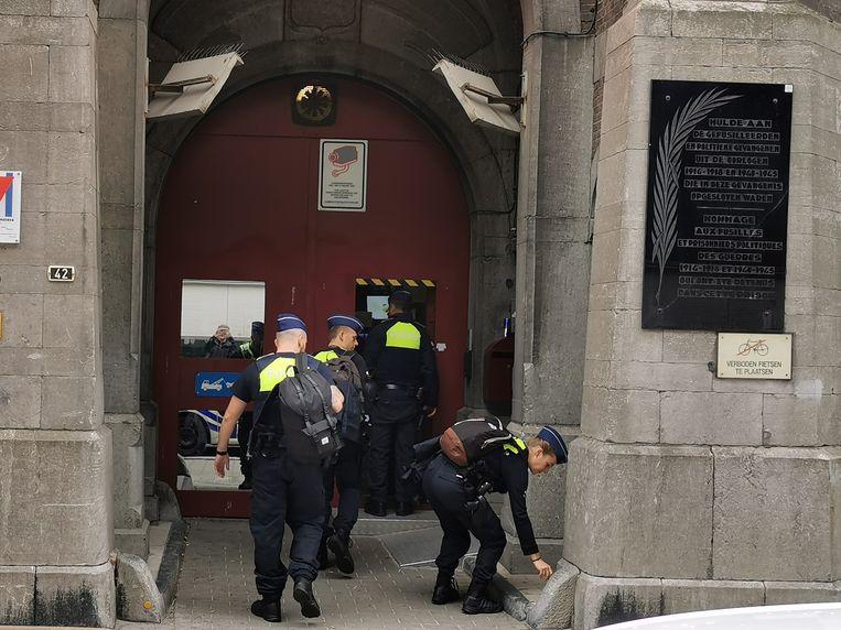 Een nieuwe ploeg van de politie Antwerpen betreedt de gevangenis om de stakende cipiers te vervangen.