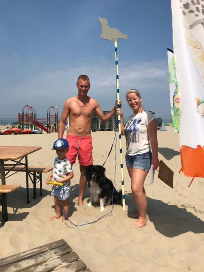 Met een paal kan je een stukje strand markeren, om die dag schoon te houden. In ruil daarvoor heeft Beachclub Perry's gratis ijs weg