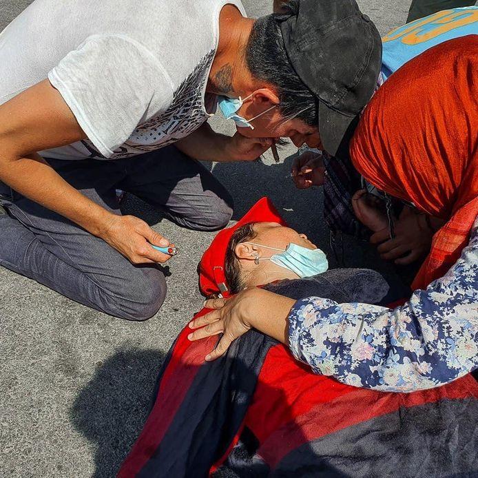 Een vrouw is buiten westen geraakt door traangas. Foto Mustafa Nadri, ReFOCUS Media Labs
