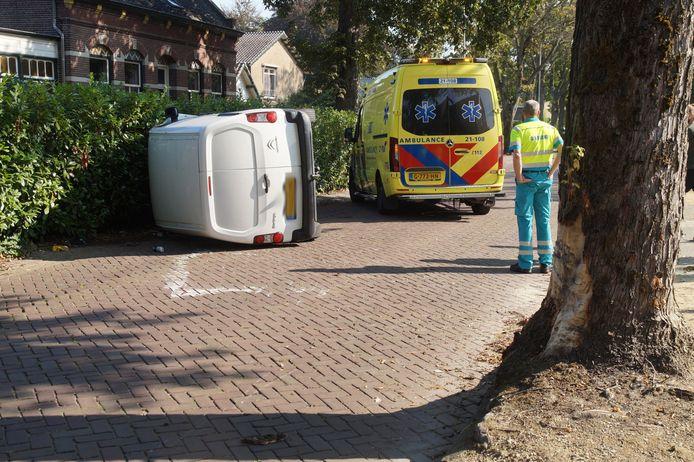 Op de Julianastraat in Vlijmen is maandag een bestelauto tegen een boom gebotst.