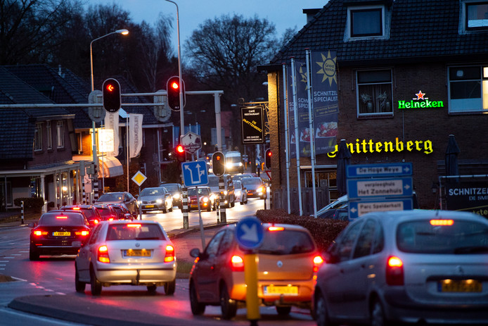 Voor deze kruising stremt het verkeer bij grote drukte. Dat verrast soms mensen die uit de richting van de A50 komen.