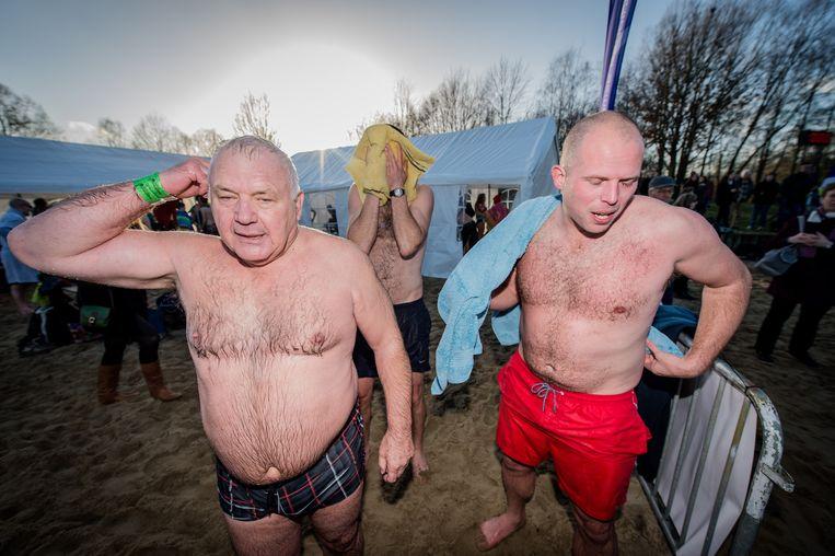 """Jean-Marie Dedecker en Theo Francken tijdens de nieuwjaarsduik in Rotselaar in 2015. """"Ik ben al jaren goed bevriend met Jean-Marie, we delen veel ideeën"""", zei Francken vanochtend."""