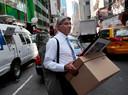 Eeen medewerker Lehman Brothers draagt dozen naar buiten.