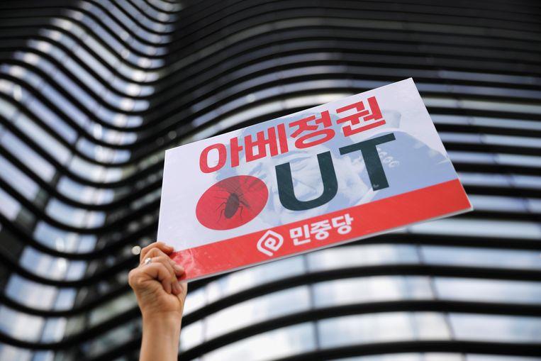 Een betoger houdt een bord omhoog tijdens een betoging tegen Japan voor de Japanse ambassade in Seoul.