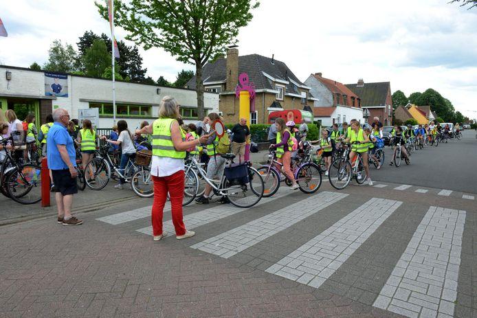 Oversteken aan basisschool De Triangel aan de Diksmuidse Heirweg in Sint-Andries wordt veiliger dankzij de invoering van een schoolstraat.