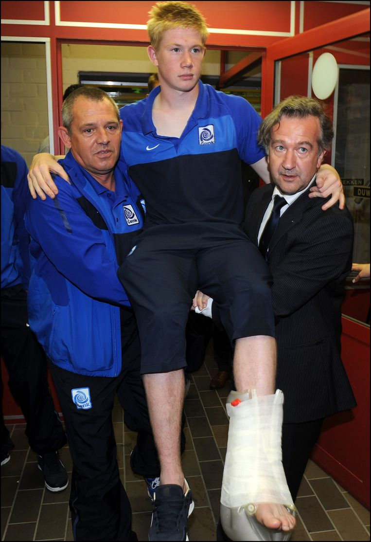In het begin van seizoen 2011-2012 kreeg De Bruyne af te rekenen met een spierscheur na een duel tegen Lierse. Hij moest naar buiten gedragen worden.