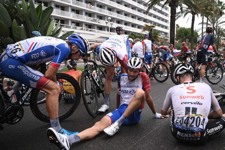Favoriet voor de eindoverwinning Thibaut Pinot na zijn val in de finale van de etappe. Beeld AFP