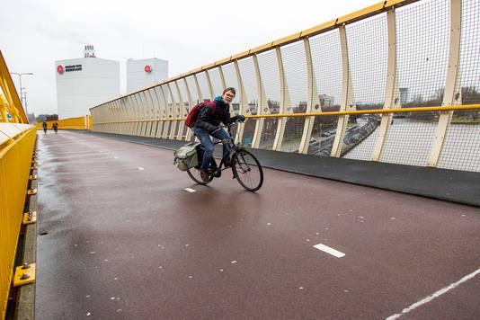 De Gele Brug. Een steil klimmetje, maar veel fietsers nemen deze horde elke dag.