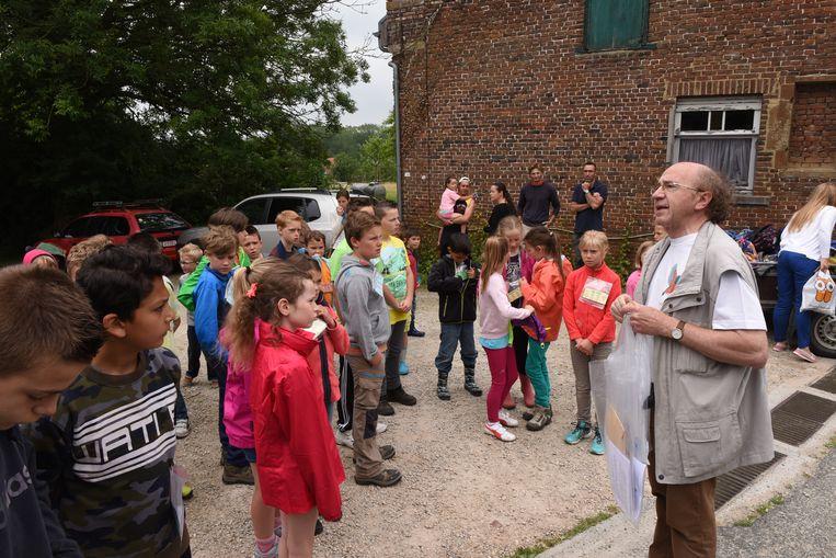 Voorzitter André Prové tijdens een vorige natuurstage tussen de kinderen