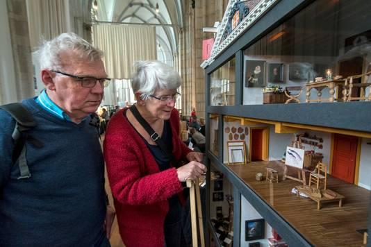 Wim en Bep van de Pol bij de miniatuur van het Rembrandt Huys op poppenhuizenbeurs in de Eusebiuskerk.