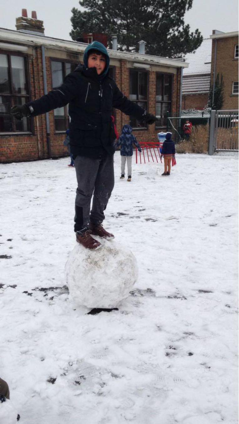 Acrobatentoeren op een sneeuwbal