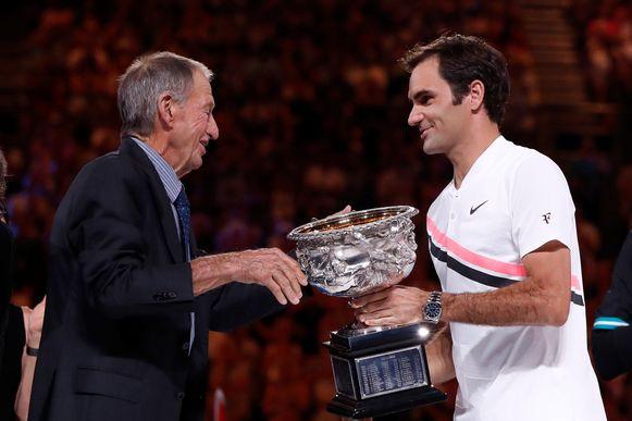 In 2018 won Roger Federer de Australian Open, hij krijgt de trofee van Ashley Cooper.