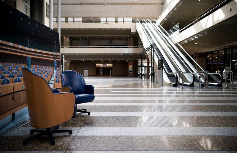 Nadat het leven in Nederland is platgelegd door het coronavirus, heeft ook de Tweede Kamer besloten om de hoeveelheid vergaderingen te beperken tot het broodnodige. Het resultaat is een uitgestorven Huis van de Democratie.  Beeld Freek van den Bergh