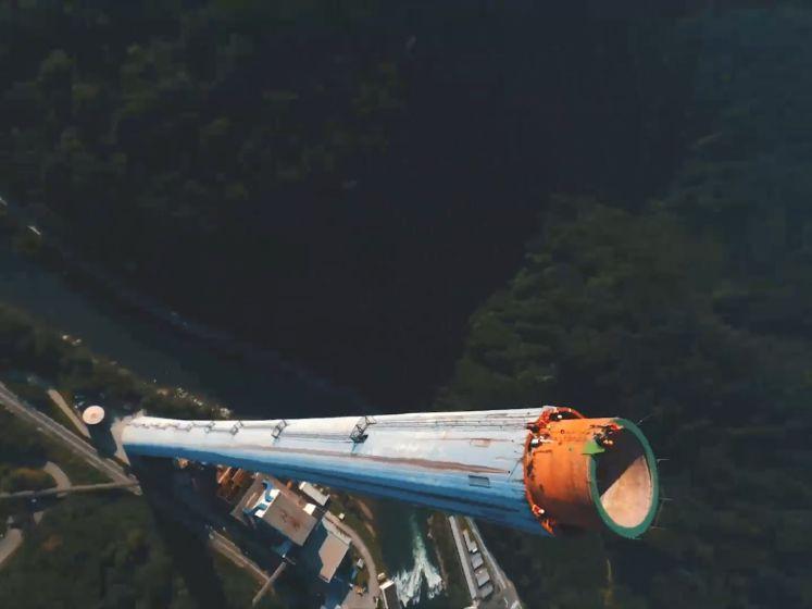 Ces casse-cous grimpent au sommet de la plus haute cheminée d'Europe