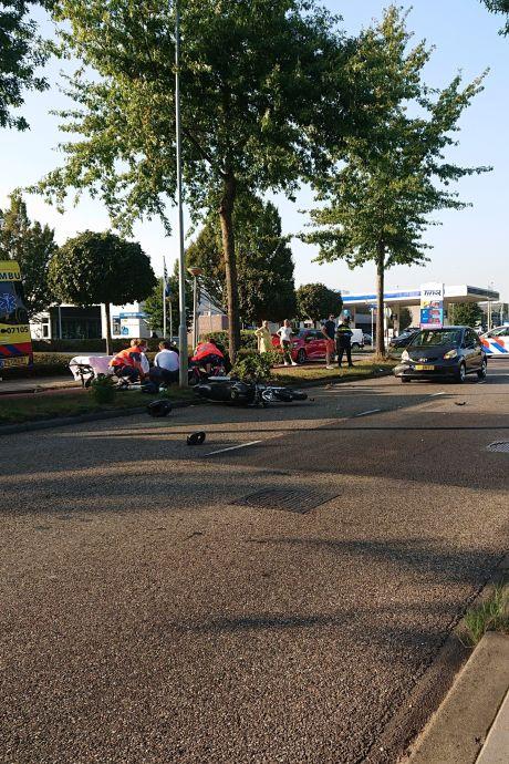 Motorrijder raakt gewond door botsing met auto in Ede