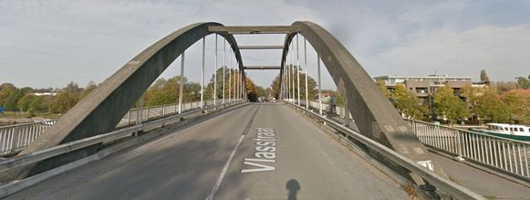 De Vlaamse Waterweg zal binnen enkele weken, ten laatste op 12 juli, borden plaatsen aan en op de brug tussen Harelbeke en Kuurne.