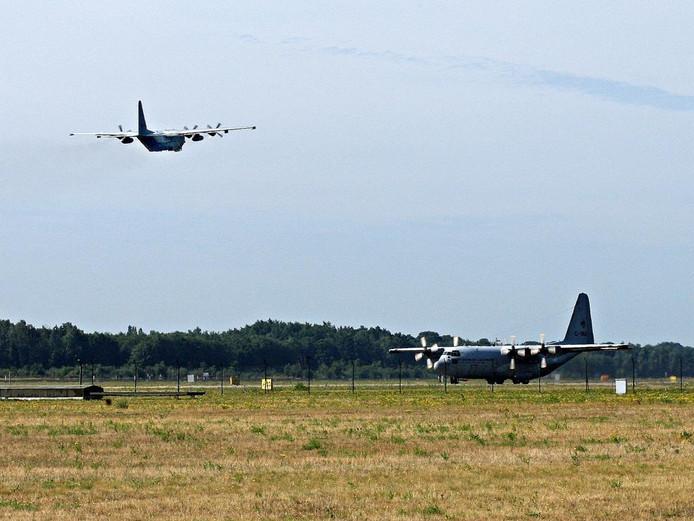 Twee Herculessen op en boven de Vliegbasis Eindhoven.