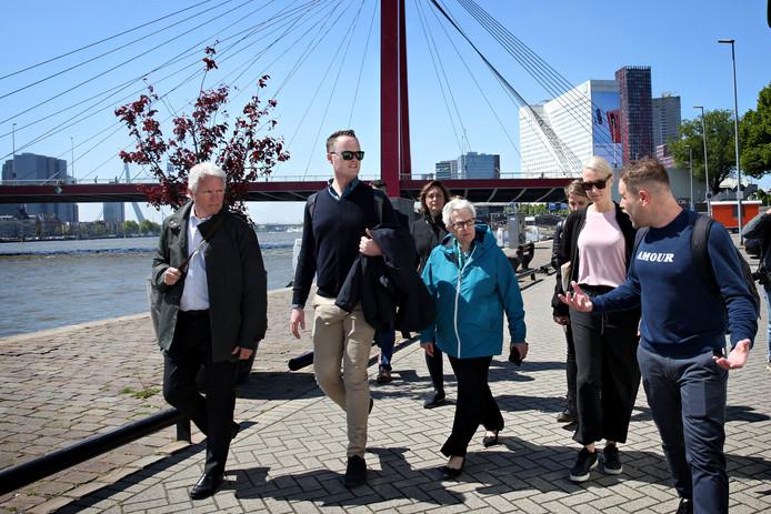 Larry Beasley, Peter Jordan en Anna Pollock (vlnr) krijgen een tour van stadsgids Ferrie Weeda. ,,Kijk niet naar wat de stad voor de toerist kan betekenen, maar wat de toerist voor de stad kan doen.''
