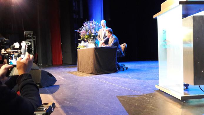 Joris Bengevoord en commissaris van de Koning Clemens Cornielje zetten hun handtekening.