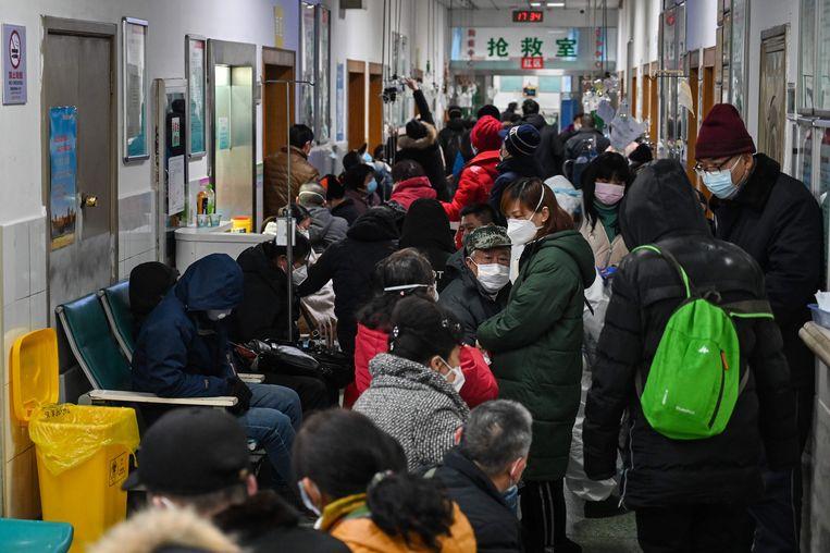 Mensen wachten op een consultatie in het Red Cross Hospital in Wuhan.