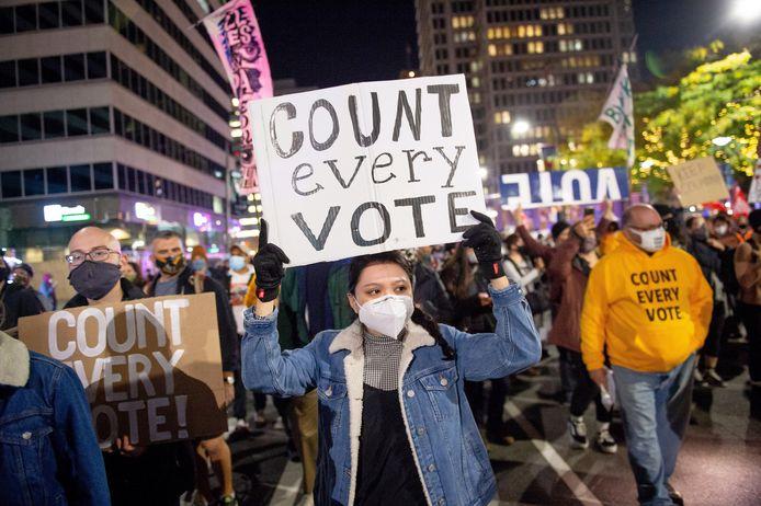 Betogers in Philadelphia (Pennsylvania) eisen dat elke stem geteld wordt.  Als Biden Pennsylvania wint, komt hij meteen aan 273 kiesmannen en wint hij de verkiezingen.