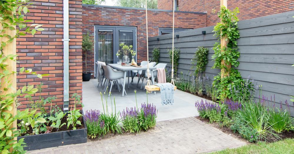 Een schutting kan voor meer privacy zorgen in de tuin.