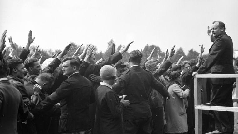 Anton Mussert brengt in 1936 de Hitlergroet op de eerste hagespraak van de NSB, die wordt gehouden op de Goudsberg in Lunteren. Beeld ANP