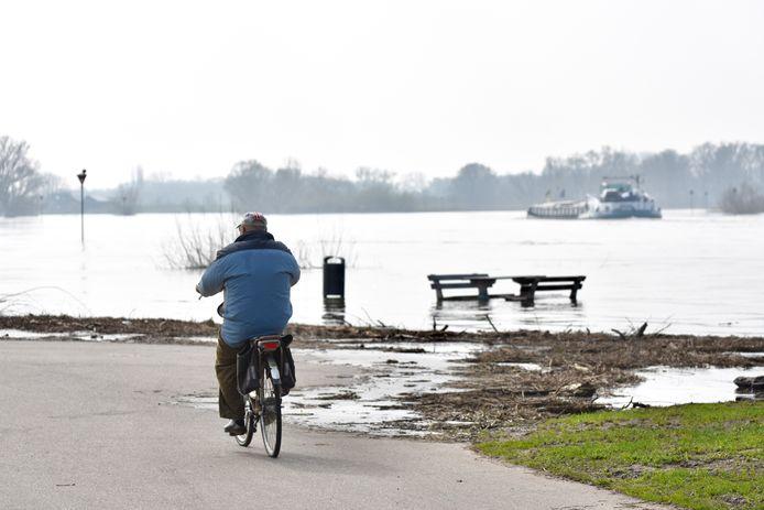 Foto ter illustratie.  Als het water erg hoog staat, is het niet goed te zien waar de auto's rijden.