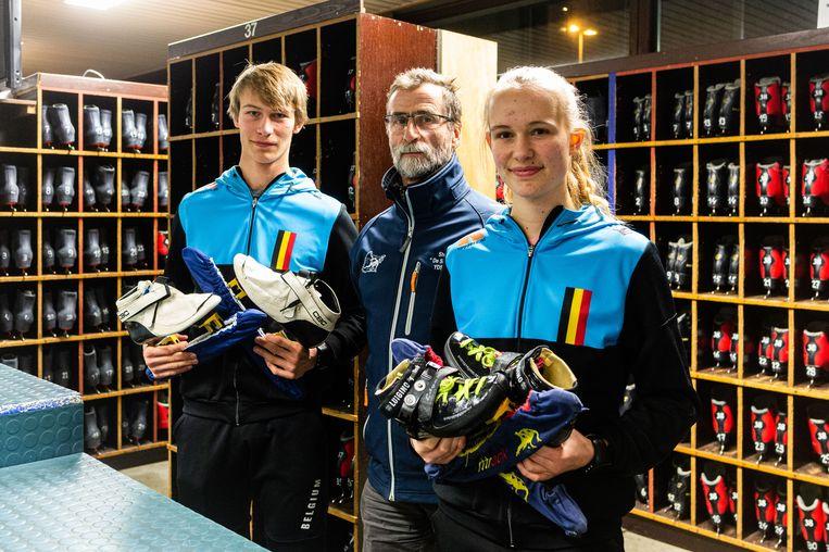 Leander (l.) en Nienke Schepers met in het midden coach Jan Celis.