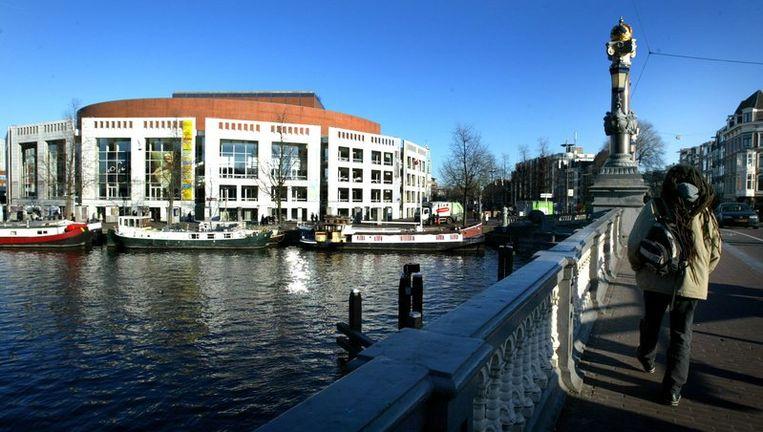 De Stopera in Amsterdam, waar de gemeenteraad is gehuisvest. Tweede Kamerlid Jeanine Hennis van de VVD wil dat stadhuismedewerkers geen hoofddoekjes of andere religieuze symbolen dragen. Foto ANP Beeld