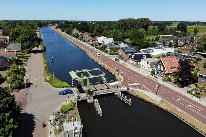 Eerste waren er de verzakte huizen, toen het coronavirus. De last van het leven drukt zwaar op Daarlerveen, een dorp aan het kanaal.