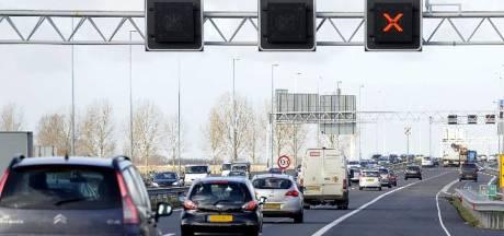 Auto's met lekke banden en ongeluk zorgen voor verkeerschaos