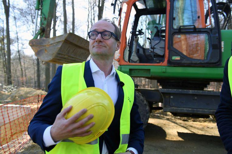 Minister Ben Weyts bezocht de werken aan de nieuwe brug over de Naamsesteenweg in Oud-Heverlee.