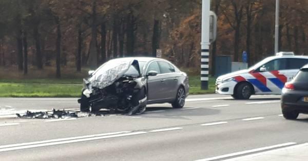 Veel schade na ongeluk op rondweg in Delden, weg deels afgesloten.