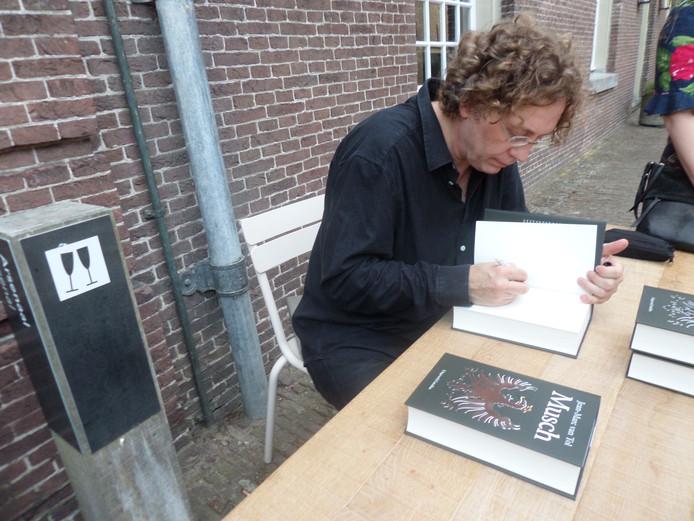 Jean-Marc van Tol, bekend van zijn stripfiguren Fokke en Sukke, signeert zijn roman over Johan de Witt.