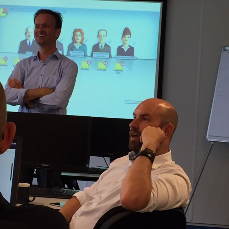 Crisisadviseur Wouter Jong (links) en wethouder Boaz. Beeld